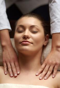 Mulher relaxando no spa