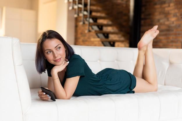 Mulher relaxando sozinha em casa