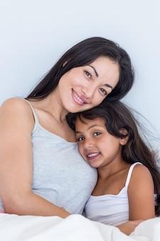 Mulher relaxante com a filha dela