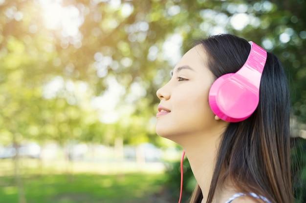 Mulher relaxante com escuta música com auscultadores