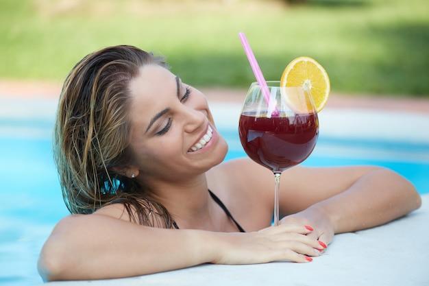 Mulher, relaxante, e, bebida, um, coquetel, em, piscina