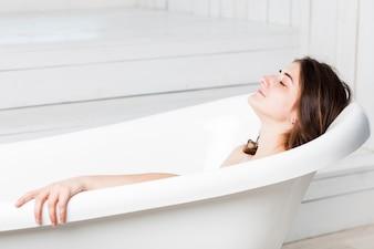 Mulher, relaxante, em, banheira
