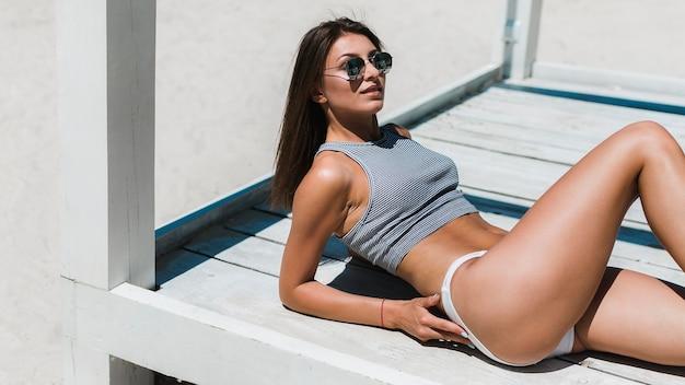 Mulher, relaxante, em, pavilhão praia