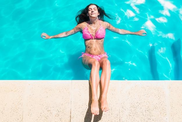 Mulher, relaxante, em, piscina, com, olhos fechados