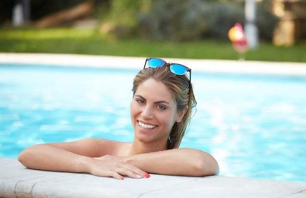 Mulher, relaxante, em, piscina