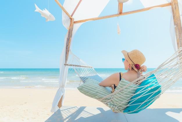 Mulher, relaxante, em, rede, praia