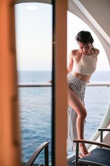 Mulher, relaxante, ligado, navio cruzeiro, desfrutando, vista oceano, de, sacada