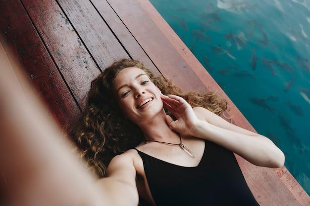 Mulher, relaxante, ligado, um, madeira, jetty