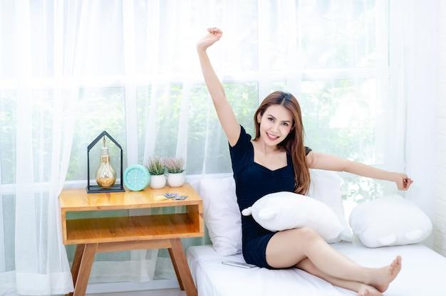 Mulher relaxante na cama
