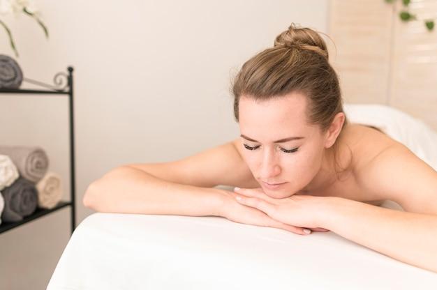 Mulher relaxante na mesa de massagem