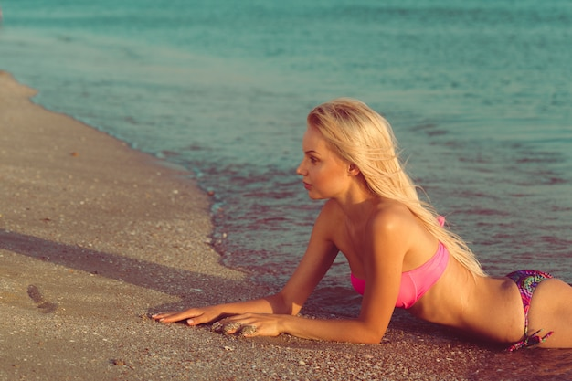 Mulher relaxante na praia