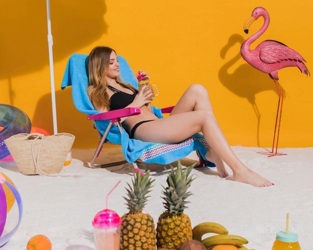 Mulher, relaxante, praia, bebida