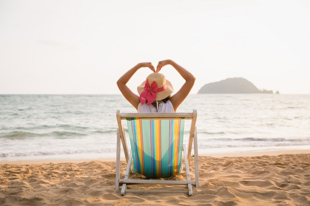 Mulher relaxar na praia no verão