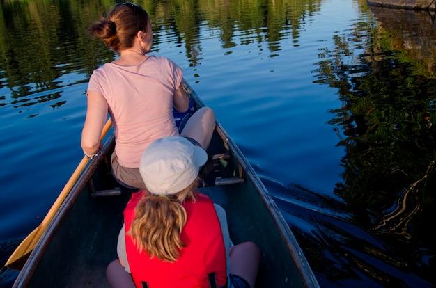 Mulher, remar um barco, com, dela, filha, lago, de, a, madeiras, ontário, canadá