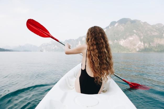 Mulher, remar, um, canoa, através, um, parque nacional