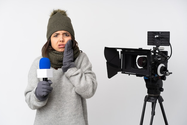 Mulher repórter segurando um microfone e relatando notícias sobre fundo branco isolado com dor de dente