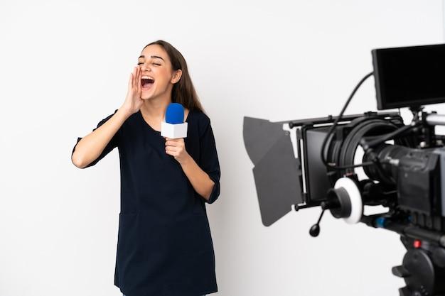 Mulher repórter segurando um microfone e relatando notícias