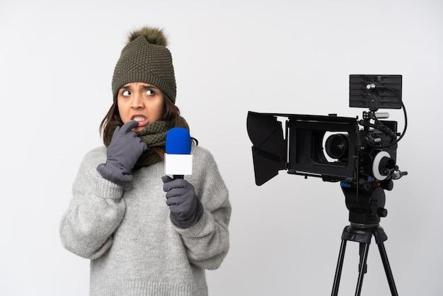Mulher repórter sobre fundo isolado