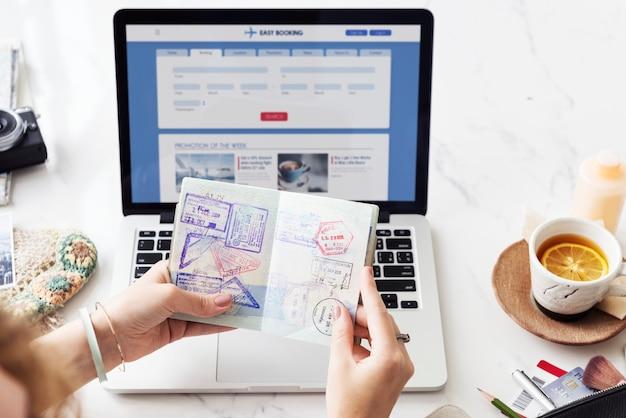 Mulher reserva de bilhetes on-line
