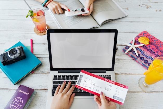 Mulher reserva de bilhetes online