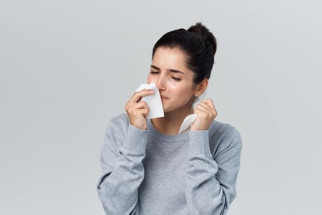 Mulher resfriada, corrimento nasal, problemas de saúde, tratamento, infecção