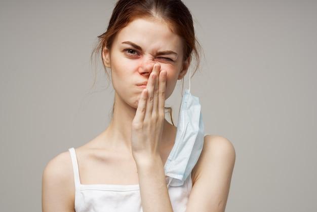 Mulher resfriada máscara médica infecção nariz vermelho