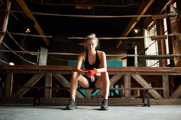 Mulher resistente pelo anel de boxe