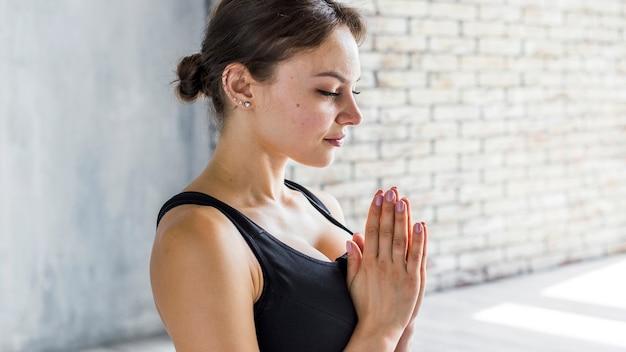 Mulher, respirar, enquanto, executando, um, namaste, ioga posa