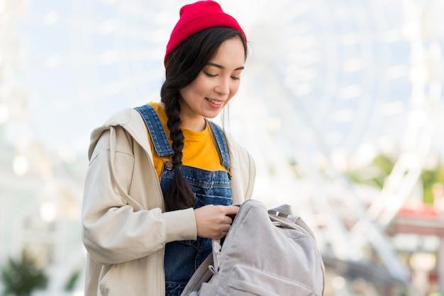Mulher retrato com mochila
