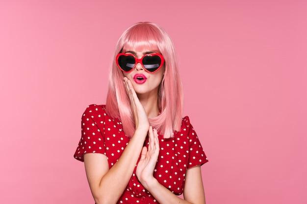 Mulher retrato rosa cabelo, óculos e acessórios