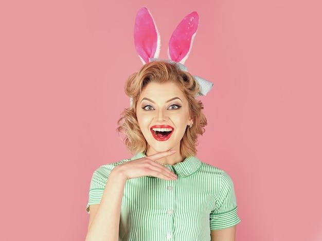 Mulher retro com orelhas de coelho, páscoa