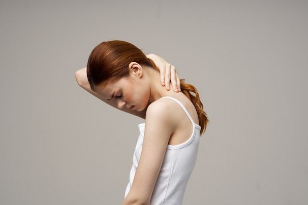 Mulher, reumatismo, dor no pescoço, problemas de saúde, fundo claro