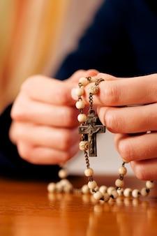 Mulher, rezando, com, rosário, para, deus