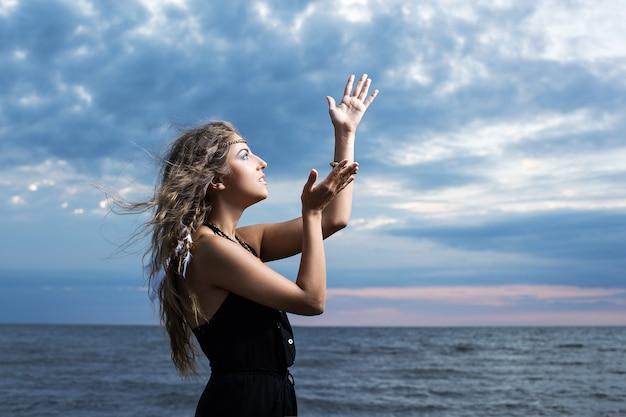 Mulher rezando para o céu
