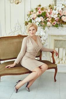 Mulher rica bem sucedida sem complexos em poses de peso em casa. jovem pensionista, mulher de negócios