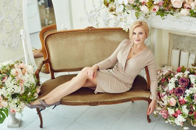 Mulher rica de sucesso sem complexos em poses de peso em casa.