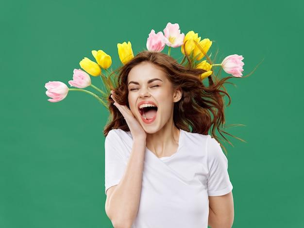 Mulher rindo com flores na cabeça dela