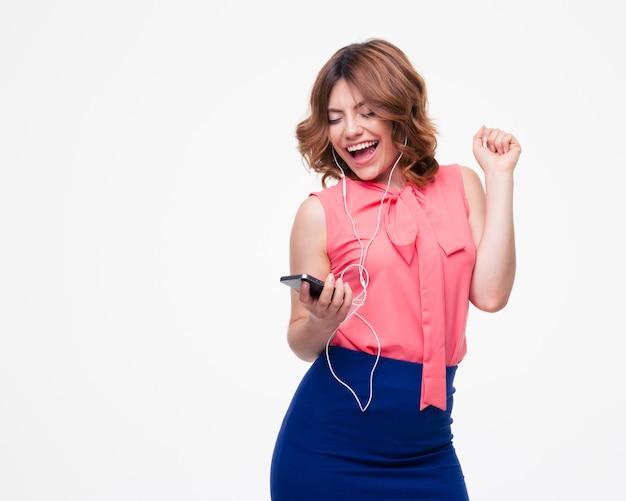 Mulher rindo ouvindo música em fones de ouvido