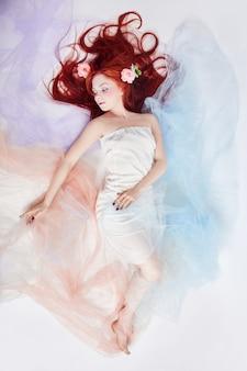 Mulher romântica com cabelo comprido e vestido de nuvem