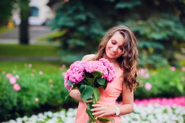 Mulher romântica com flores nas mãos