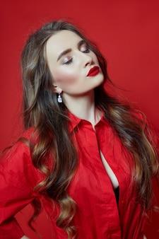 Mulher romântica com longos cabelos loiros em vestido vermelho