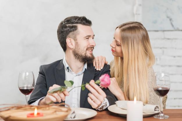 Mulher romântica e homem na mesa
