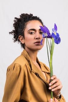 Mulher romântica étnica com flor azul
