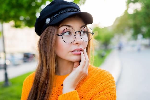 Mulher romântica maravilhosa, passando seus fins de semana no parque ensolarado