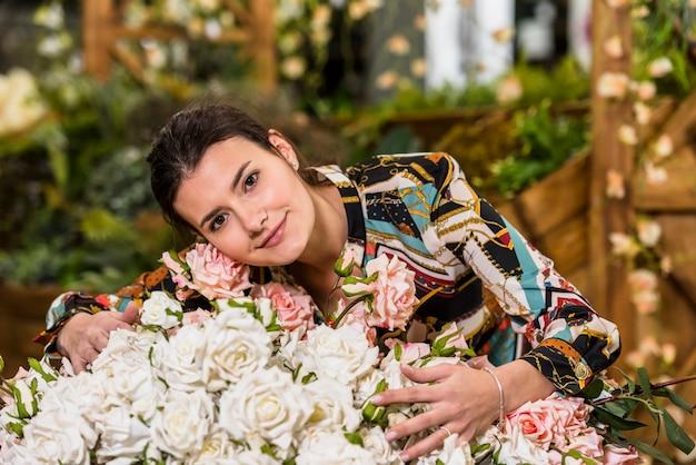 Mulher, rosas tocantes, em, casa verde