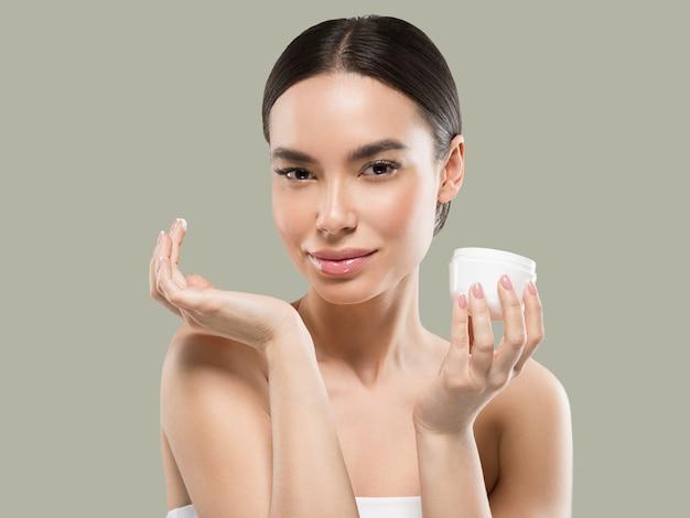 Mulher rosto creme cosmético cuidados com a pele saudável retrato de beleza isolado no branco cor de fundo verde