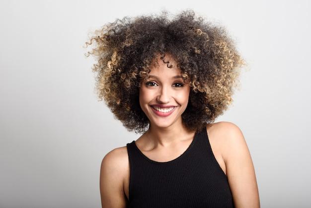 Mulher rosto sorridente, com cabelos encaracolados