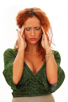 Mulher ruiva com dor de cabeça
