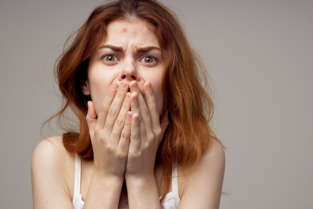 Mulher ruiva com problemas de pele facial dermatologia isolada de fundo