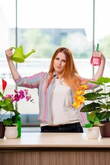 Mulher ruiva cuidando de plantas em casa